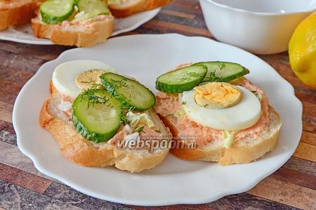 Бутерброды с икрой мойвы, пекинской капустой и яйцами