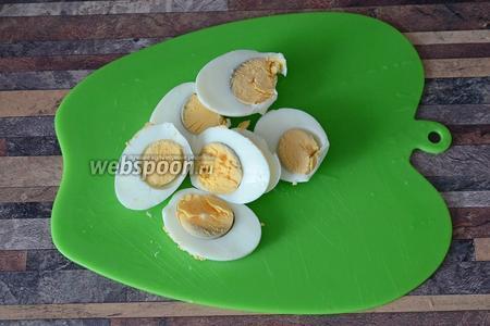 Яйца предварительно отвариваем, затем нарезаем кольцами.