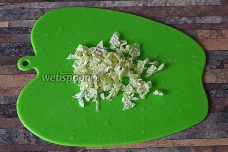 Мелко-мелко нарезаем пекинскую капусту.