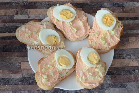 Раскладываем нарезанные яйца.