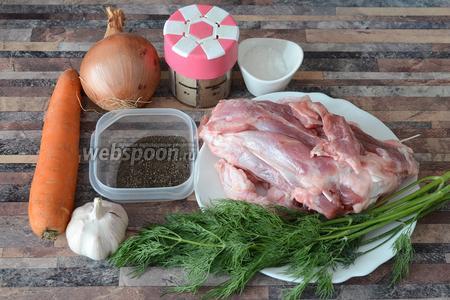 Для приготовления диетического бульона вам понадобится чеснок, морковь, лук, мускатный орех, соль, перец чёрный молотый, голень индейки и укроп.