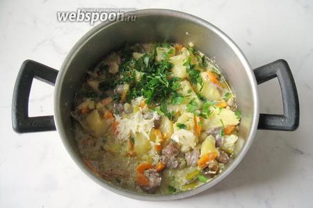 В готовое блюдо добавить измельчённый чеснок и петрушку.
