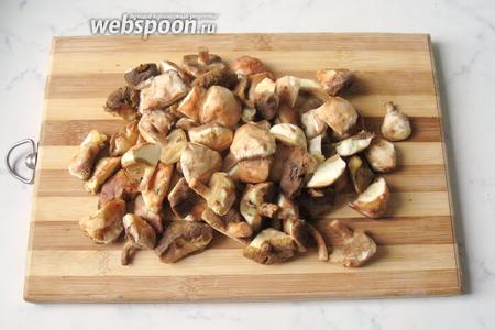 У грибов поскрести немного ножку и хорошо их помыть.
