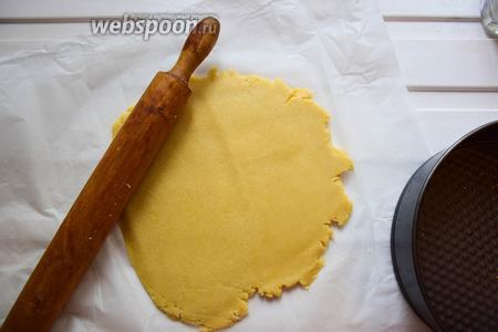 Песочное тесто разморозьте, если заморожено, или приготовьте по своему любимому рецепту. Раскатайте в тонкий пласт, примерно равный диаметру выбранной вами формы.