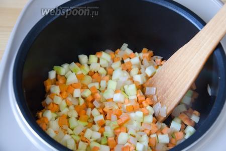 Добавляем в кастрюлю кабачок и морковь и 2 минуты их обжариваем.