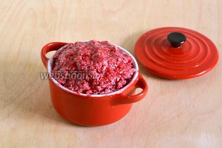 Выложите получившуюся массу в формочку и храните в морозильной камере. Перед употреблением отделите небольшой кусочек масла и подержите его 30 минут на столе при комнатной температуре, после этого ягодное масло прекрасно мажется на хлеб, тост или булочку. На вкус ягодное масло очень вкусное и, наверняка, многим придётся по вкусу!
