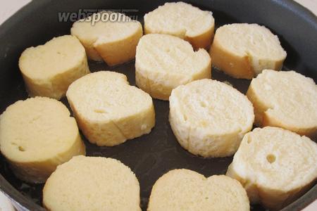 Макаем кусочки багета в яично-молочную смесь так, чтобы они пропитались. Выкладываем кусочки хлеба на подогретую сковороду с растительным маслом.
