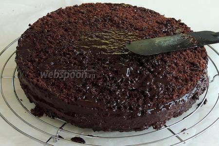 Подогреем Нутеллу на водяной бане, смотрите 8 шаг. Обмажем тонким слоем весь торт.