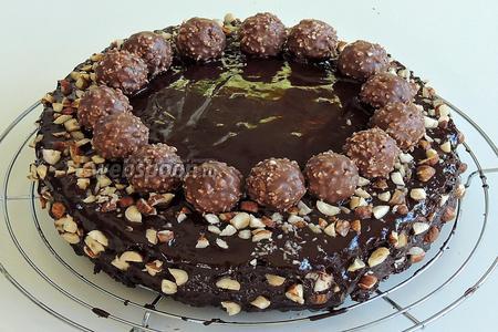 Цельный орех режем на 6-8 частей. Украшаем торт и выкладываем шоколадные конфеты так, чтобы на каждый кусок была 1 конфетка. Дадим глазури застыть. Наслаждаемся!