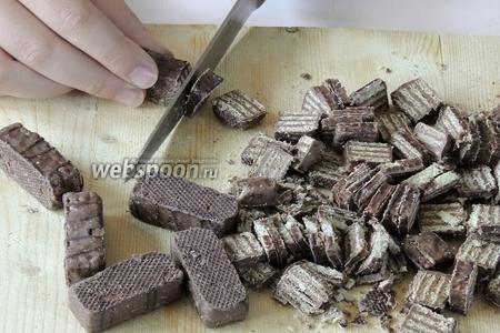 Этим временем нарезаем вафли на крупные кусочки, проблизительно толщиной 3-4 мм.