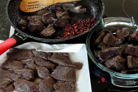 Порциями, в той же сковороде, обжариваем куски мяса по 5 минут каждый. Вынимаем и подсаливаем.