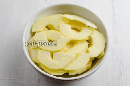 Яблоки вымыть, очистить, удалить сердцевину, разрезать пополам. Нарезать очень тонкими дольками. Сразу же полить их небольшим количеством коньяка (или любого сиропа).