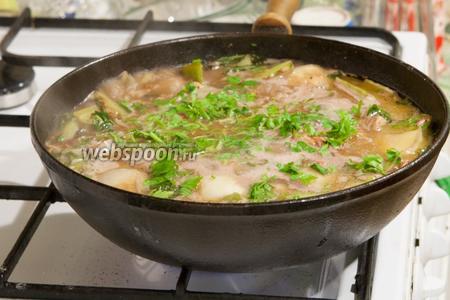 Добавим ещё немного горячей жидкости, чтобы рис был покрыт.