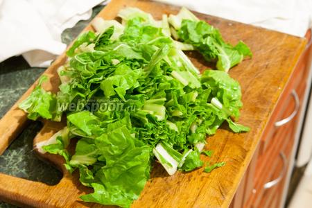 Порежем мангольд, разделив его на 2 части — кусочки черешков и кусочки более тонких листьев.