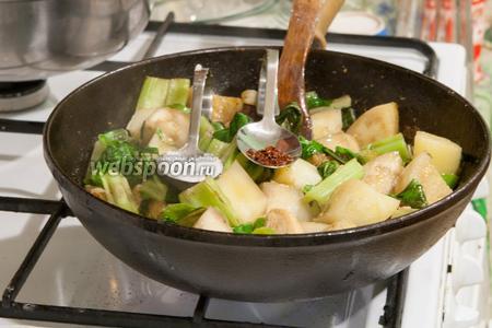 Добавим в сковороду баклажаны, перец и толстую часть мангольда. Солим и приправляем сухой аджикой.