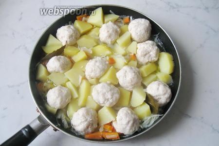 Затем посолить, поперчить и добавить лавровый лист. Опять накрыть крышкой и тушить ещё 7-10 минут.   Тефтели с овощным рагу готовы. Подаём на обед или ужин, с соленьями и свежим хлебом.