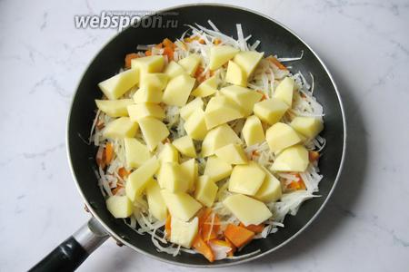 Картофель почистить, помыть и нарезать не очень мелко.