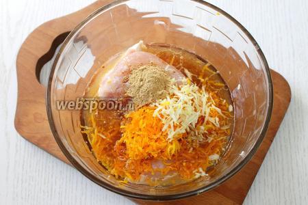 К куриному филе вливаем сок, добавляем цедру апельсина, чеснок, тёртый на средней тёрке, а также имбирь, специи и соль, растительное масло и соевый соус.