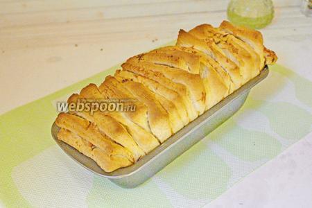 Готовый хлеб оставить в форме мин на 10, затем остудить на решётке.