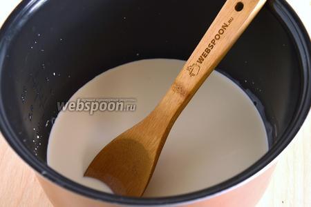 В чашу мультиварки влейте оставшиеся сливки, добавьте сливки с растворёнными бактериями и перемешайте.