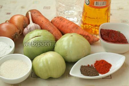 Для работы нам понадобятся зелёные помидоры, морковь, лук, чеснок, томатная паста, соль, сахар, перец, молотая паприка и подсолнечное масло.