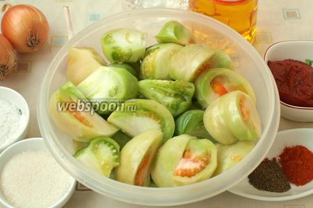 Нарезать произвольно помидоры, вырезав плодоножки.
