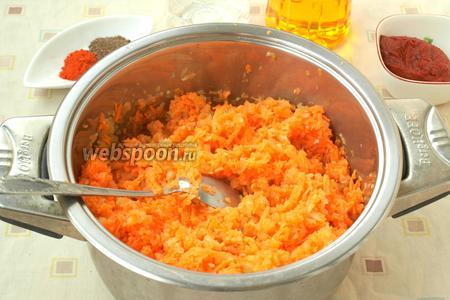 Спустя прошедших 15 минут варки, добавить к помидорам лук с морковью, перемешать.
