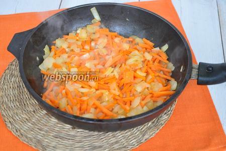 Лук обжарить с морковью до полуготовности.