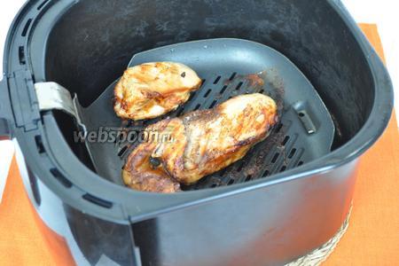 Куриное филе запечь на гриле или в мультипечи. Я запекала в мультипечи 12 минут при температуре 185°С.