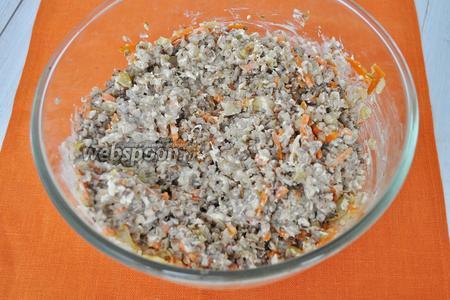 В миску положить отваренную гречку, жареный лук с морковью и измельчённую куриную грудку. Перемешать с заливкой.
