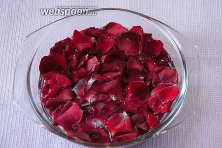 Лепестки розы необходимо залить горячей кипячёной водой, добавить лимонную кислоту (по желанию можно и лимон использовать).