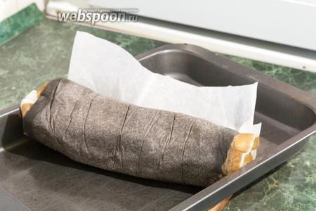 Переворачиваем лист кислой пастилы на противоположную сторону, сворачивая рулоном. Снимаем старую бумагу аккуратно, чтобы не повредить ещё не совсем подсохшие места.