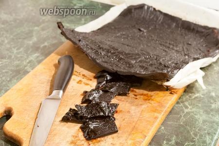 Когда тклапи будет готово, вы сразу это заметите по характерному блеску и утоньшению пластины из высушенного алычёвого пюре. Для приготовления национальных блюд тклапи надо отрезать или отламывать кусочками необходимого размера и растворять в воде. Мы же его едим и просто так, как натуральную витаминную пастилу или добавляем в выпечку. Попробуйте сделать такой полезный продукт и вы. Приятных гастрономических впечатлений!