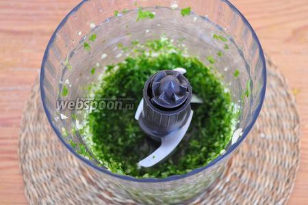 Поместить зелень и чеснок в блендер. Измельчить зелень с чесноком.