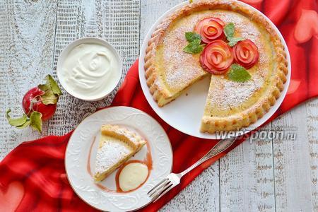 Шарлотка с яблоками и сметанным соусом