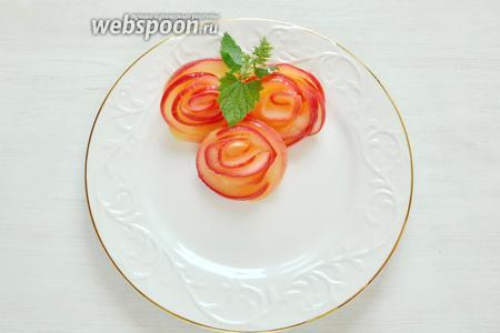 Для украшения воспользуемся добрым полезным советом по изготовлению  розочек из яблок . Готовые розочки тоже убираем в холодильник.