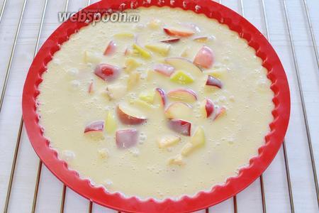 И сразу, пока яблоки не потемнели, выливаю тесто на фрукты и в духовку на 40 минут. Следим за верхней корочкой и проверяем на сухую лучину. К этому шагу можно было бы добавить ещё один, последний, с готовой шарлоткой, которую присыпали бы сахарной пудрой и подали к столу, вкусную и ароматную, но желание новизны побеждает, и мы шагаем дальше и подадим шарлотку красивой и вкусной, с приятным сметанным соусом, и которую вы захотите сделать ещё ни один раз.