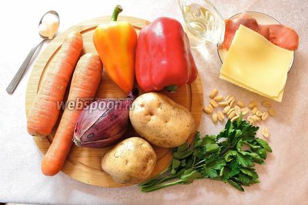 Для приготовления салата нам потребуются 2 клубня картофеля среднего размера, красный лук (можно заменить репчатым), 2 красных болгарских перца, твёрдый сыр (у меня полутвёрдый), сёмга слабосолёная или солёная (у меня кижуч), 1 крупная морковь, петрушка, арахис (но лучше был бы миндаль, наверное), майонез, растительное масло для жарки. Морковь заранее отварить. И ещё запасёмся свечкой-таблеткой для подачи.