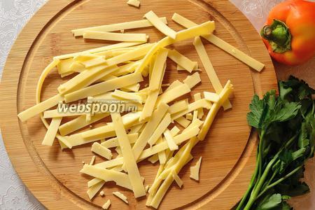 Сыр нарезать соломкой.