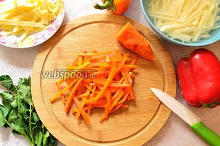 Отваренную предварительно морковь очистить и тоже нарезать соломкой.