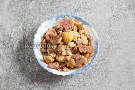Неочищенные каштаны, под этот рецепт, рационально надрезать и отварить (как в рецепте  курица с каштанами ) на протяжении 40-50 минут с момента закипания, до полного размягчения орехов, а потом почистить. Чистить можно, не стесняясь сломать каштаны. Другой вариант приготовления массы из уже очищенных каштанов описан в рецепте  десерт Монблан .