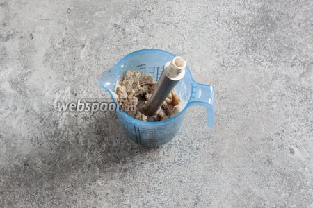 Каштаны пюрируются, пока они горячие, с добавлением 2-3 ст. л. сахарной пудры и постепенным вливанием 3-4 ст. л. сливок. Должна получиться пластелиноподобная масса. Пускай остывает.