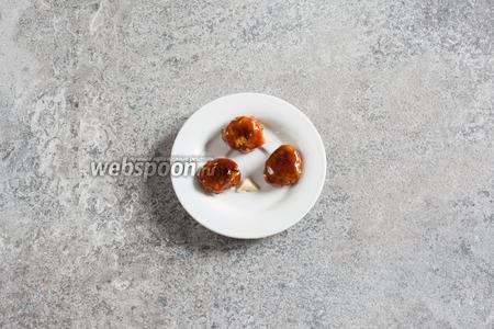 Глазированные каштаны выкладываем на силиконовую поверхность или на тарелку, слегка смазанную сливочным маслом, чтобы не пристали.