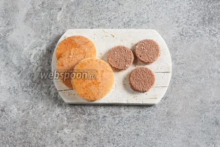 Для изготовления пирожных вырезаем из бисквита по 3 пары коржей разного диаметра. У меня 3 больших белых и 3 маленьких шоколадных.