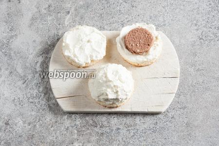 Большой кружочек бисквита укладываем вниз, намазываем его слоем сливок. Поверх укладываем меньший кружочек бисквита. Обмазываем всё это дело сливками, приблизительно в форме купола.