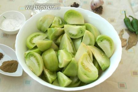 Зелёные помидоры разрезать на 4 части, вырезать плодоножку.