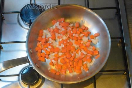 Добавляем морковь в сковороду к луку.