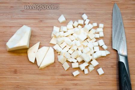 Корень сельдерея чистим и режем кубиками.