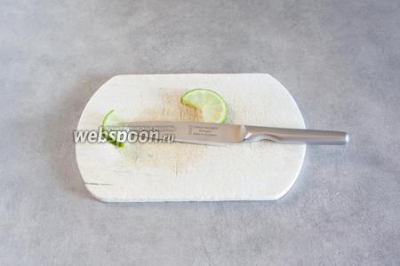 Отрезаем шайбочку лайма, вырезаем из неё треугольный сегмент, надрезаем его так, чтобы его можно было насадить на бортик стакана.
