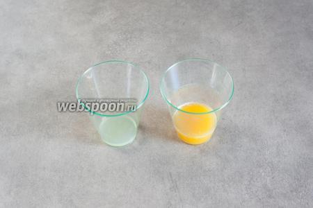 Выжимаем сок из апельсина (потребуется 30 мл) и из лайма (10 мл).